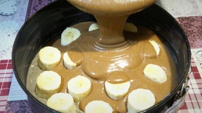 Ніжний шоколадно-банановий торт без метушні з коржами