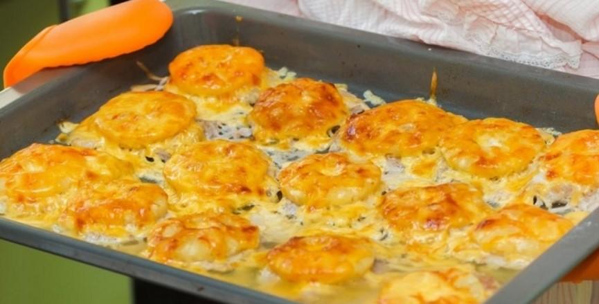 Пів кілограма фаршу, трохи сирої картоплі і смачна страва готова