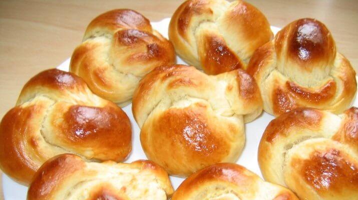 Булочки з цукерками «Корівка» - рецепт приготування