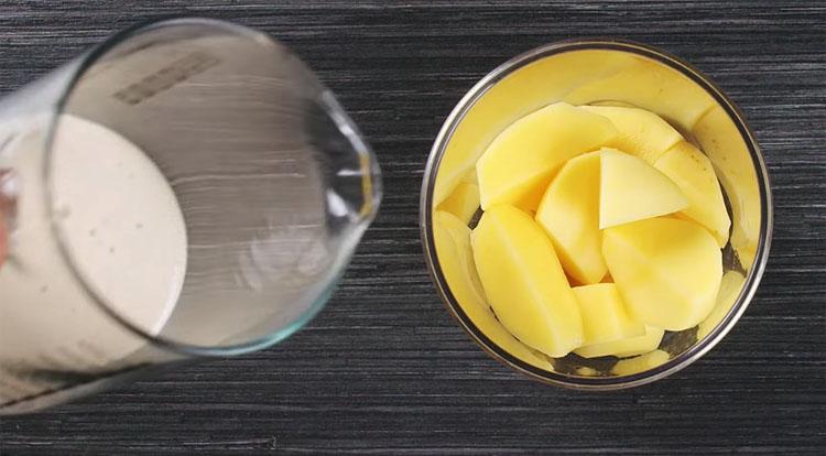 Забутий сільський рецепт млинців помітно відрізняється від звичного. Це варто спробувати