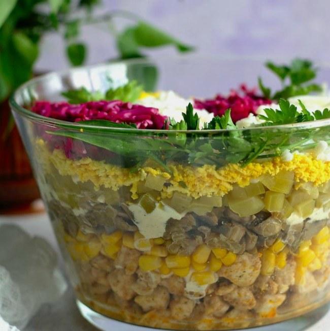 """Осінню і взимку часто коронна страва - салат """"Квітучий бузок"""". Він мені нагадує про весну"""
