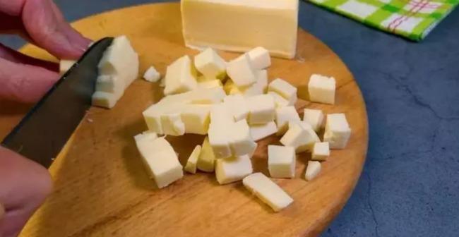 Взяла дві картоплі, два яйця і маленький шматочок сиру - а вечерю приготувала таку, що за вуха не відтягнеш