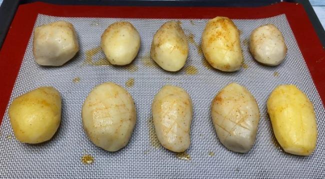 Заморозила картоплю, а потім запекла її в духовці. Показую, що з цього вийшло