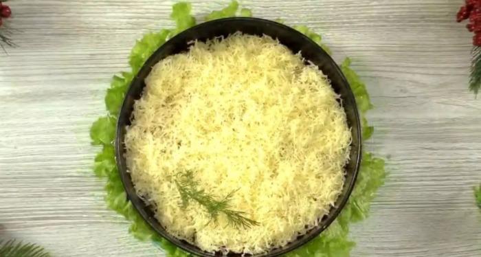 Багатошаровий салат «Пікантний» готую за 5 хвилин: інгредієнти дуже прості