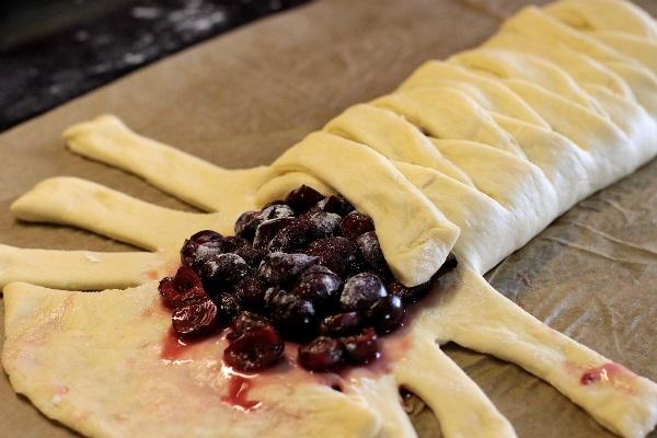 Рецепт смачного пирога з вишнею в духовці