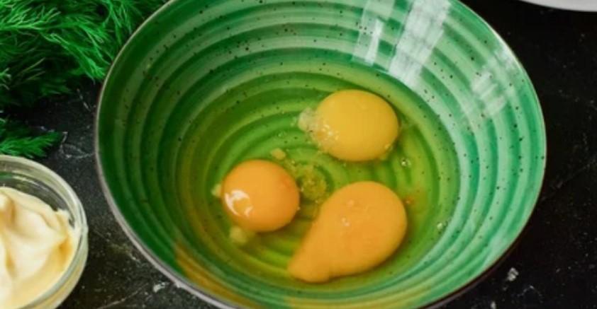 Яєчні роли з крабовими паличками: оригінальна закуска